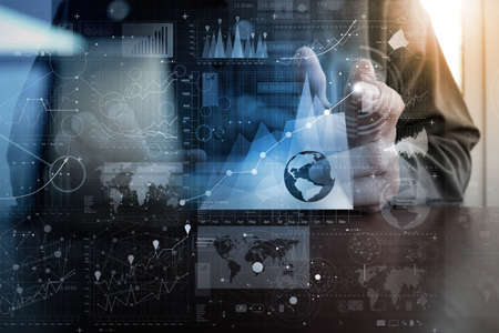 technologie: homme d'affaires travaillant main avec la technologie moderne et de l'effet de la couche numérique comme concept de stratégie d'entreprise