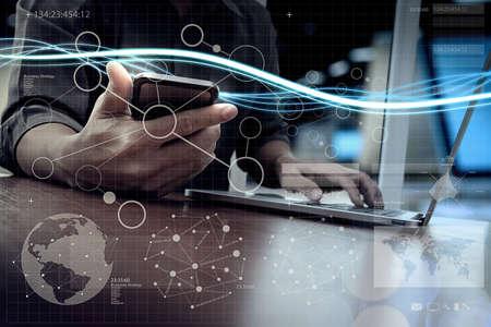 Vagues de lumière bleue et homme d'affaires à l'aide sur l'ordinateur portable et téléphone intelligent avec effet numérique de couche que le concept