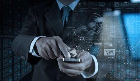 사업가 손 비즈니스 전략 개념으로 디지털 레이어 효과와 함께 휴대 전화를 사용하는