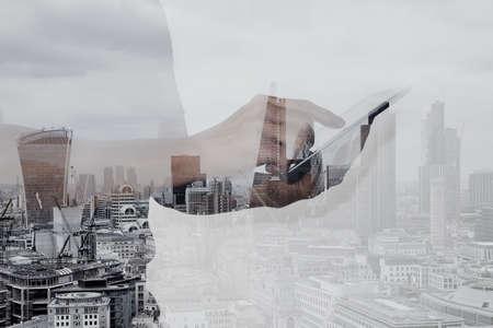 런던 건물과 소셜 미디어도 디지털 태블릿을 사용하여 성공 사업가의 이중 노출