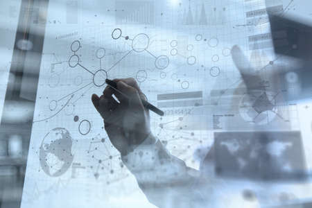 empresario: trabajar con la tecnolog�a moderna y efecto de capa digital como estrategia de negocio concepto de mano de negocios Foto de archivo