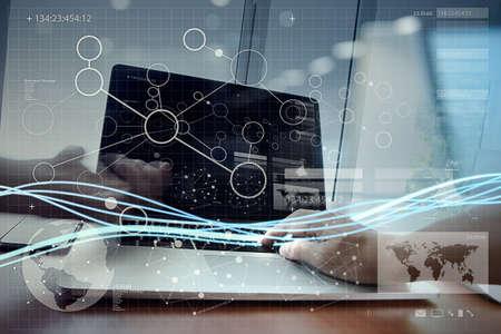 Golven van blauw licht en zakenman die op laptop computer en slimme telefoon met digitale laageffect als concept Stockfoto