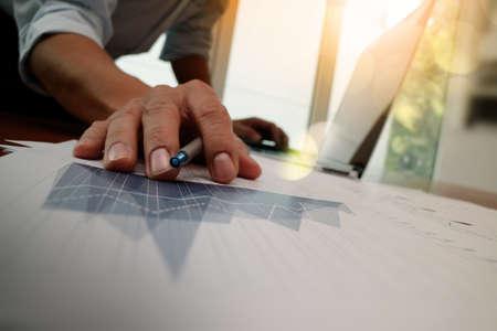 concepto: Doble exposición de la mano de negocios que trabaja con la nueva estrategia de la computadora y los negocios modernos como concepto