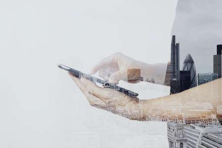 empresario: Doble exposici�n de �xito de negocios que usa la tableta digital con edificio de londres y el diagrama de los medios sociales