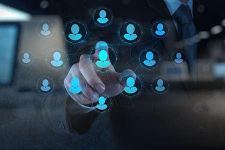 実業家の手の二重露光概念としての人事管理、CRM、ソーシャル メディアをポイントします。 写真素材