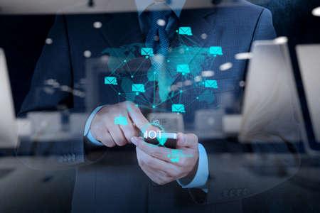 Doppelbelichtung der Hand zeigt Internet der Dinge (IoT) Wortbild als Konzept