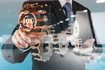 concepto: doble exposición de la mano mostrando Internet de las cosas (IoT) Diagrama de palabra como concepto