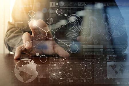 comunicação: mão empresário que trabalha com tecnologia moderna e efeito de camada digital como conceito estratégia de negócios