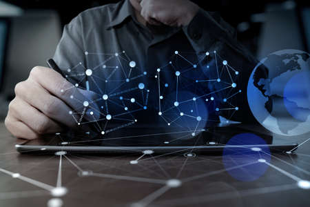 kommunikation: affärsman handen arbetar med modern teknik digital tablett dator och digital lager effekt som affärsstrategi koncept Stockfoto