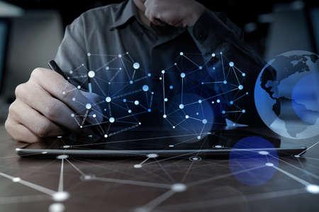 comunicação: mão empresário trabalha com computador digital da tabuleta moderna tecnologia e efeito de camada digital como conceito estratégia de negócios