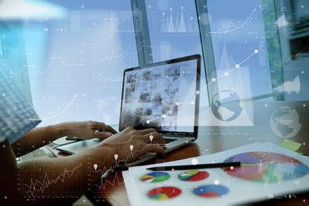 revisando documentos: documentos de negocios en la mesa de la oficina con el teléfono inteligente y el ordenador portátil y el negocio gráfico con el diagrama de la red social y el hombre que trabajan en segundo plano