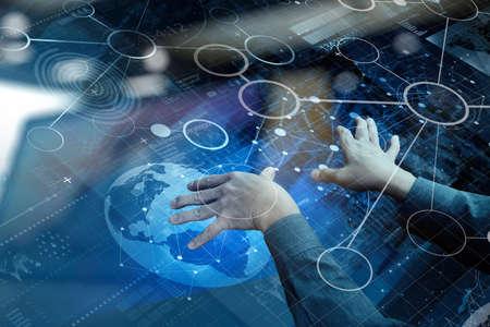 alrededor del mundo: vista desde arriba de la mano de negocios que trabaja con la tecnología moderna y efecto de capa digital como estrategia de negocio concepto