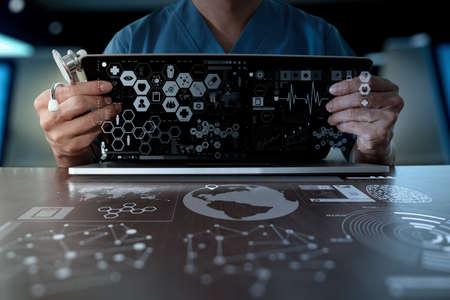 s�mbolo de la medicina: Medicina mano del m�dico que trabaja con interfaz de la computadora moderna como el concepto de red m�dica