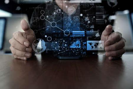 Doanh nhân tay sử dụng điện thoại di động với các hiệu ứng layer kỹ thuật số như là khái niệm chiến lược kinh doanh