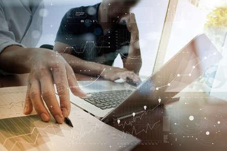 documentos: documentos de negocios en la mesa de oficina con teléfono inteligente y un ordenador portátil con efecto de capa digital, y dos colegas en discusiones datos en segundo plano