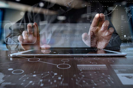 """mani con tavoletta pro digitale con """"pagamento sicuro"""" sullo schermo come concetto di shopping online"""