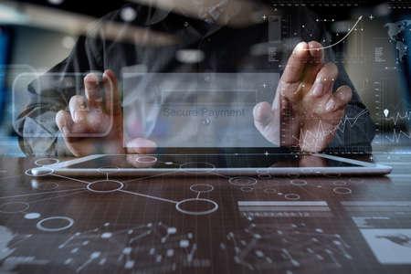 """manos que usa la tableta digital pro de """"pago seguro"""" en la pantalla como el concepto de compra en línea"""