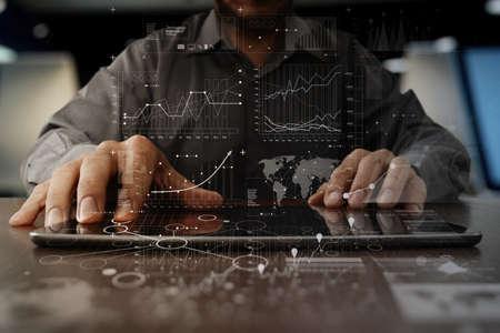mão de homem de negócios trabalhando no computador portátil com estratégia de negócios de camada digital e diagrama de mídia social na mesa de madeira