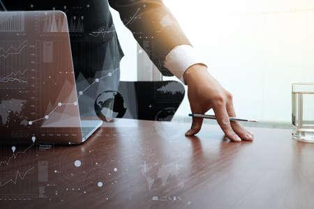 documenti aziendali sul tavolo ufficio con smart phone e computer e schema grafico di business laptop e l'uomo che lavorano in background