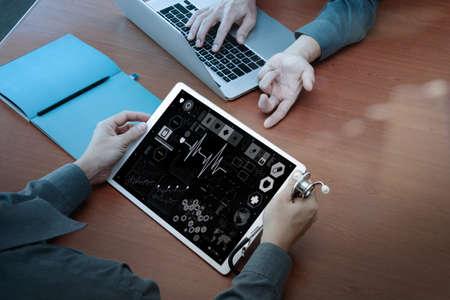 medicina: vista superior de Medicina de la mano del médico trabaja con la computadora moderna y pro tableta digital con el diagrama médico digital con su equipo en el escritorio de madera como concepto médico
