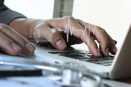 medicina: cerca de Medicina de la mano del médico que trabaja con capas de ordenador y el diagrama médica moderna en escritorio de madera como concepto médico