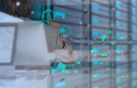 通信: ビジネスマンの概念として現代技術での作業の二重露光