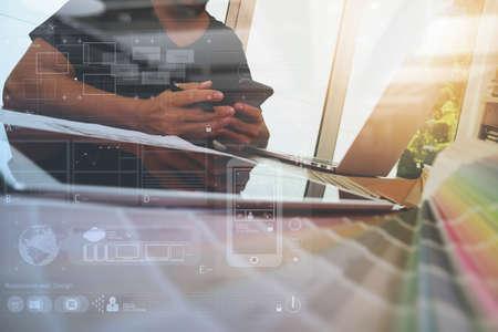 Designer travaillant main avec un ordinateur portable et Smarth téléphone et tablette numérique avec couche numérique de schéma de conception sur le bureau en bois comme concept de web design réactif
