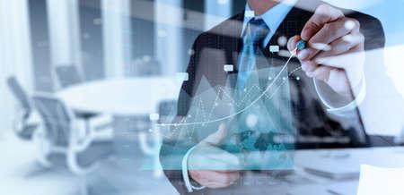 Doppelbelichtung der Geschäftsmann Hand die Arbeit mit neuen modernen Computer-und Business-Strategie als Konzept
