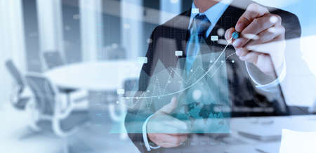 double exposition d'affaires travaillant main avec la nouvelle stratégie de l'ordinateur et d'affaires moderne comme le concept