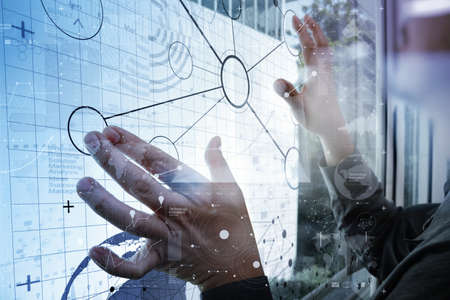 tecnolog�a informatica: trabajar con la tecnolog�a moderna y efecto de capa digital como estrategia de negocio concepto de mano de negocios Foto de archivo