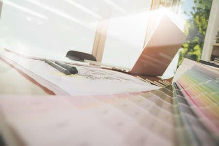 Designer-Arbeitsbereich mit Laptop-Computer und Smarth Telefon und digitale Tablet mit Probe Pantone-Farbe auf Holz-Schreibtisch als Responsive Webdesign Konzept