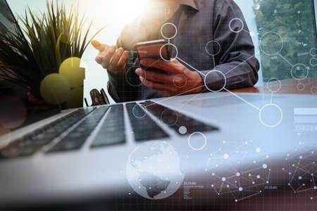 사무실에서 나무 책상에 녹색 식물 전경 새로운 현대적인 컴퓨터와 비즈니스 전략 문서에 디지털 레이어 작업 사업가 손 스톡 콘텐츠