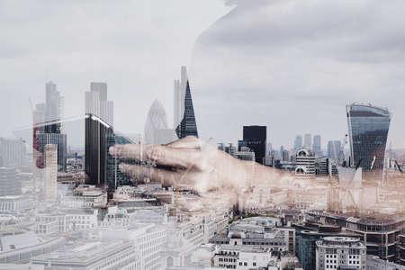 ロンドンの建物とソーシャル メディア ダイアグラムとデジタル タブレットを使用して成功ビジネスマンの二重露光