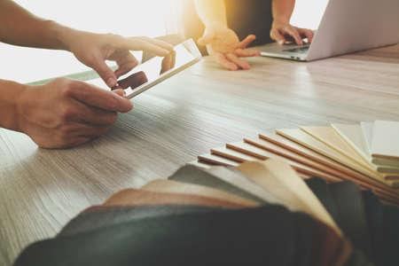 概念としての木製机の上画面新しい現代のコンピューターのノート パソコンを使用してデータやサンプル素材と pro のデジタル タブレットを議論す 写真素材