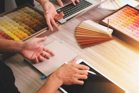 概念としての木製机の上新しい現代のコンピューターのノート パソコンを使用してデータと空白の画面サンプル素材とデジタル タブレットを議論す 写真素材
