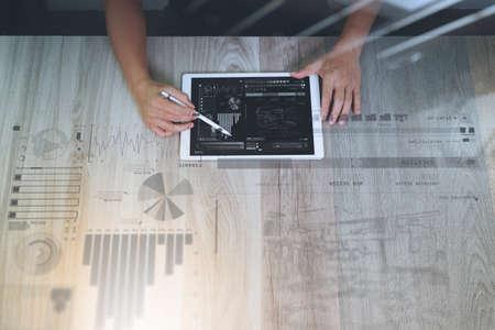 レスポンシブ web デザイン コンセプトとして木製の机の上の設計図レイヤー効果でデジタル タブレット コンピューターで作業するデザイナー手のト