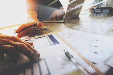 tres colegas diseñador de interiores discutir datos y la tableta digital y el ordenador portátil con el documento de negocios y diagrama de diseño digital en el escritorio de madera como concepto