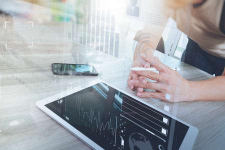 デジタル タブレット コンピューターとスマート送話デジタル ビジネス戦略レイヤー効果概念として木製の机の上の実業家