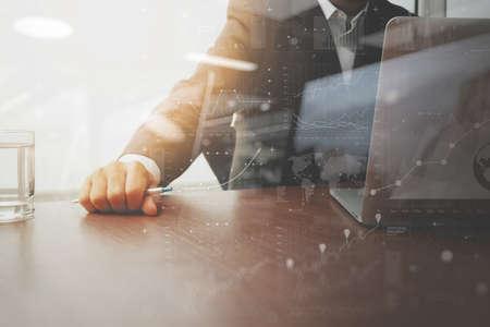 persona: trabajar con la tecnología moderna y efecto de capa digital como estrategia de negocio concepto de mano de negocios Foto de archivo