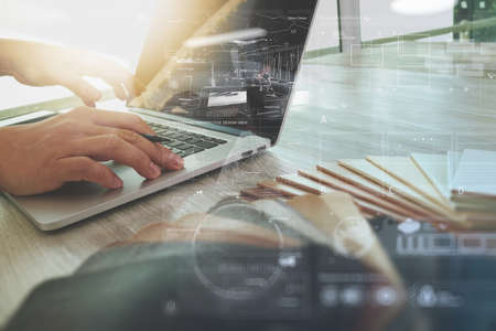 dessin: concepteur Inter travaillant main avec le nouveau portable d'ordinateur moderne et tablette num�rique pro avec panneau de mati�re �chantillon et la couche de diagramme de conception num�rique sur le bureau en bois comme le concept Banque d'images