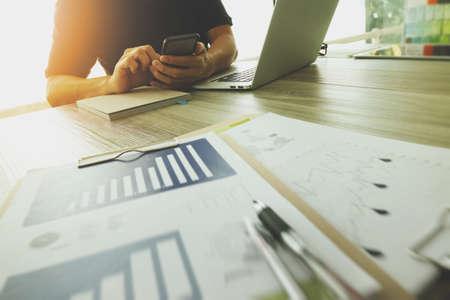 Designer hand werken met laptop computer en smarth telefoon en digitale tablet op houten bureau als responsief web design concept