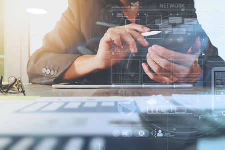 dokumentów biznesowych na stole biurowej z cyfrowego komputera typu tablet z inteligentnego telefonu i biznesu wykres schemat cyfrowej i biznesmen pracy w tle Zdjęcie Seryjne