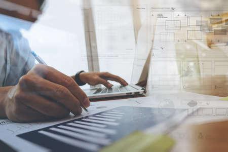 mano d'affari che lavora con il nuovo computer moderno e diagramma strategia di business digitale come concetto Archivio Fotografico