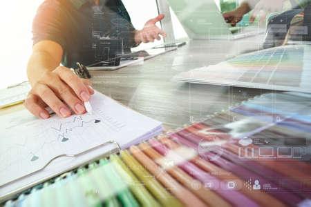 zwei Kollegen inter Designer Daten und digitale Tablet und Laptop-Computer mit Probenmaterial und digitales Design Diagramm auf Holz-Schreibtisch als Konzept diskutieren