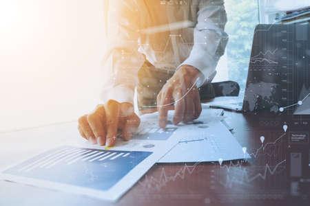 Geschäftsunterlagen auf Büro-Tabelle mit Smartphone und digitale Tablet und Grafik Geschäft mit sozialen Netzwerkdiagramm und Mann arbeitet im Hintergrund
