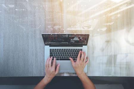 concepto: vista desde arriba de la mano diseñador que trabaja con el ordenador portátil en el escritorio de madera como concepto de diseño web adaptable Foto de archivo