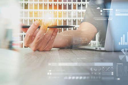 Interior designer mano di lavoro del computer portatile e digitale strato schema di progettazione e materiale campione sulla scrivania di legno come concetto Archivio Fotografico - 51496225