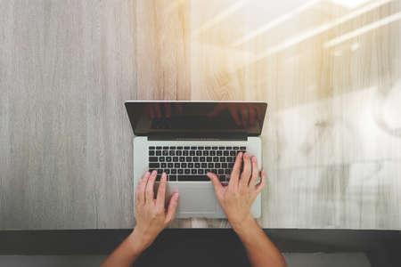 응답 성있는 웹 디자인 개념으로 나무 책상에 노트북 컴퓨터와 함께 작동하는 디자이너 손의 상위 뷰