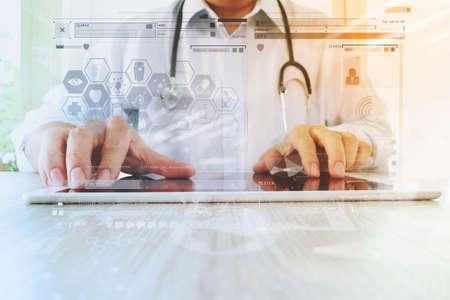 công nghệ: tay bác sĩ y học làm việc với máy tính bảng kỹ thuật số hiện đại với giao diện máy tính như là khái niệm mạng lưới y tế