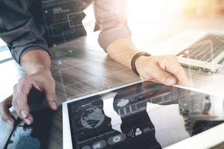 개념으로 나무 책상에 디지털 태블릿 컴퓨터 노트북 및 디지털 설계 도면 작업 웹 사이트 디자이너